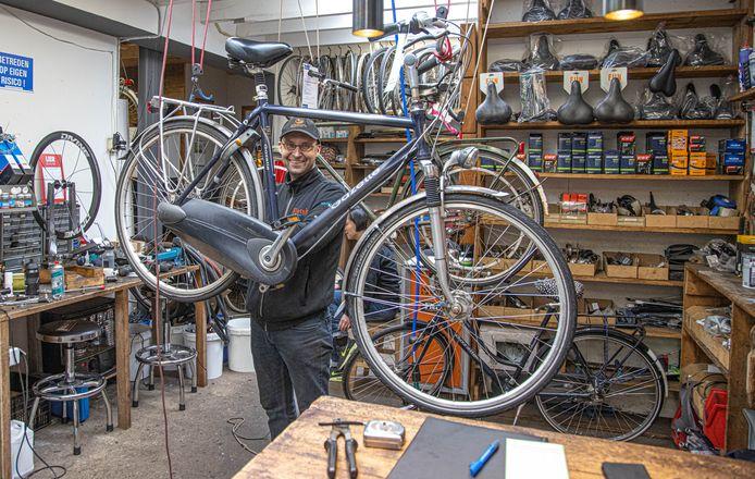 Fietsenmaker Gerhan van den Brink, druk met repareren van fietsen.