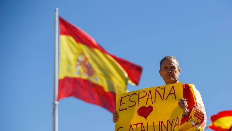 'Spanje houdt van Catalonië'. In Madrid werd zaterdag gedemonstreerd tegen Catalaanse onafhankelijkheid. Beeld getty