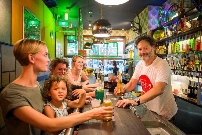 Joost Dikmans, vlak voordat hij stopte met zijn café Gold op de Grote Markt.