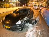 Porsche botst tegen trolleybus door gladheid in Arnhem