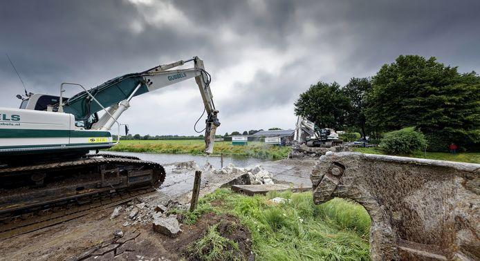De oude brug over de Esschestroom in Esch is al bijna gesloopt. Toch duurt het werk nog tot eind dit jaar.
