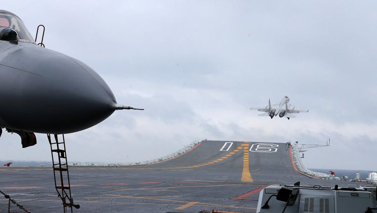 J-15 jachtvliegtuigen vertrekken van het Chinese vliegdekschip Liaoning in de Zuid-Chinese Zee, jan. 2017. Beeld afp