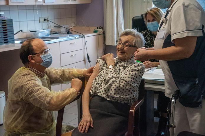 Niks dan lachende gezichten tijdens de vaccinaties in SInt-Jozef in Wetteren.