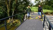 Een splinternieuwe voetgangersbrug over de Markrivier