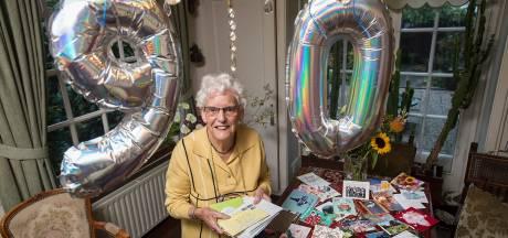 Hartverwarmend: vanuit de hele wereld krijgt mevrouw Bartels (90) uit Teteringen verjaardagskaarten