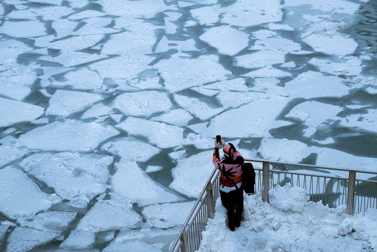 Er drijven ook grote stukken ijs in de Chicago River in de VS.
