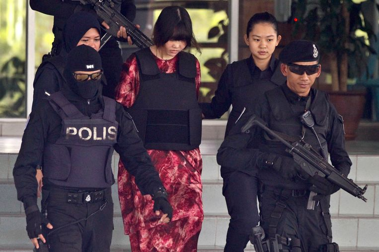 De Vietnamese verdachte Doan Thi Huong wordt uit de rechtszaal begeleid.