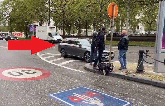 De foutgeparkeerde wagen staatssecretaris Mathieu Michel.