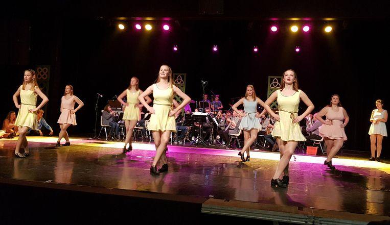Dansgroep Marlynes Irish Dancers tijdens een repetitie gisteravond.