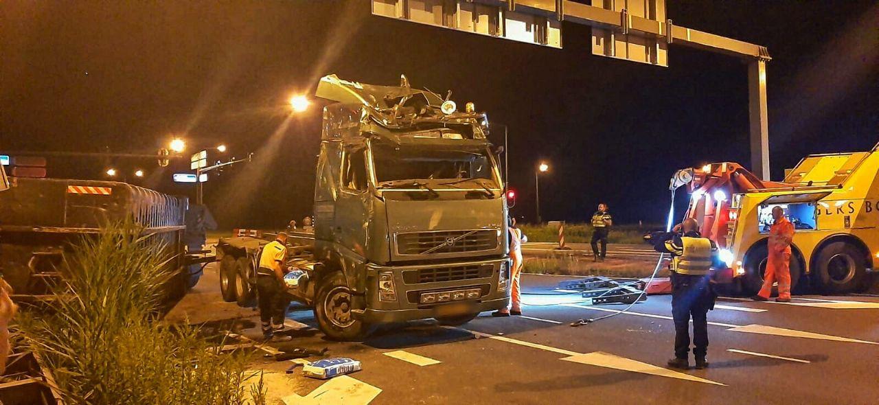 De vrachtwagen werd weer op z'n kant getrokken, maar is total loss