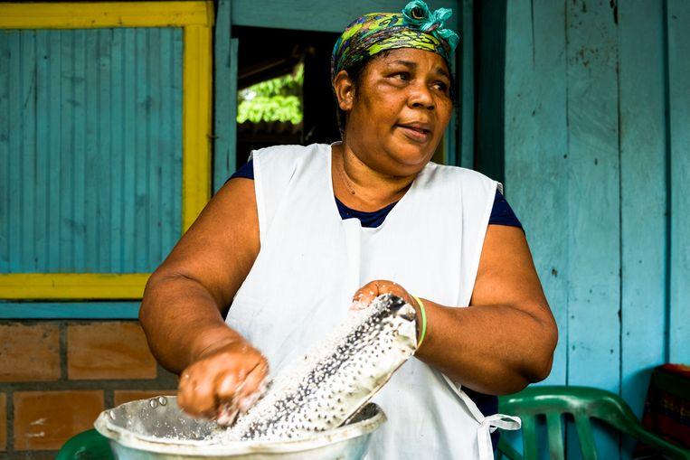 Maria raspt kokos voor de verse kokosmelk die alle gerechten van de Pacific lekker maakt. Beeld Ynske Boersma