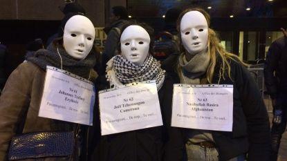 Zingende vrijwilligers roepen op tot menselijkheid