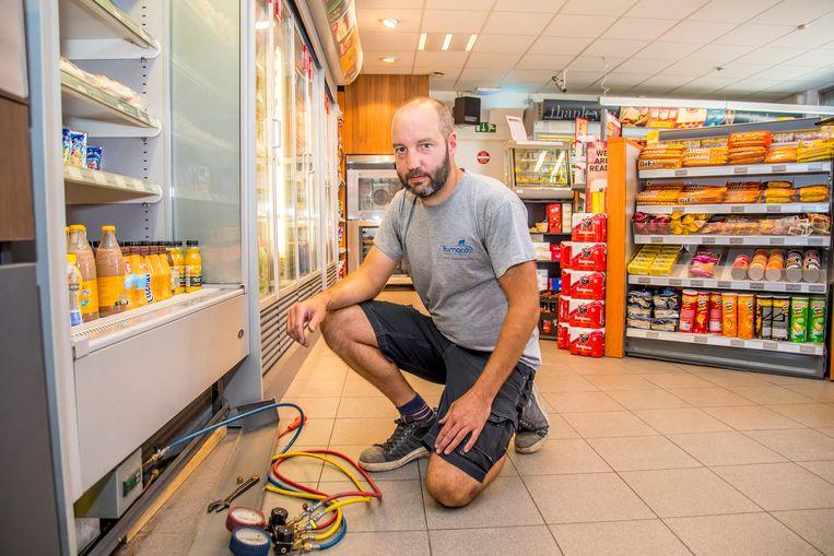 Koeltechnicus Maarten Bergmans aan het werk. Door de hitte begeven veel koelcellen in supermarkten het en hebben de technici bijzonder veel werk. - PICTURES NOT INCLUDED IN THE CONTRACT