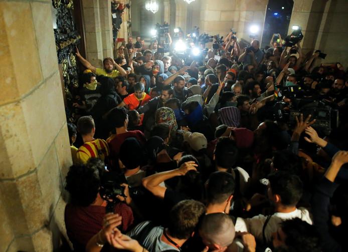 Demonstranten proberen het parlementsgebouw in Barcelona binnen te komen.
