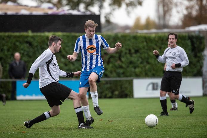 Wolfersveen (wit shirt), hier in actie tegen Angerlo Vooruit, heeft 1 punt in mindering gekregen.