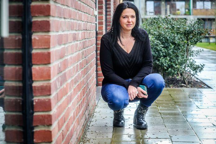 In Assebroek is er een emeltenplaag. Op de foto zit bewoonster Kate Vanhee bij de beestjes.