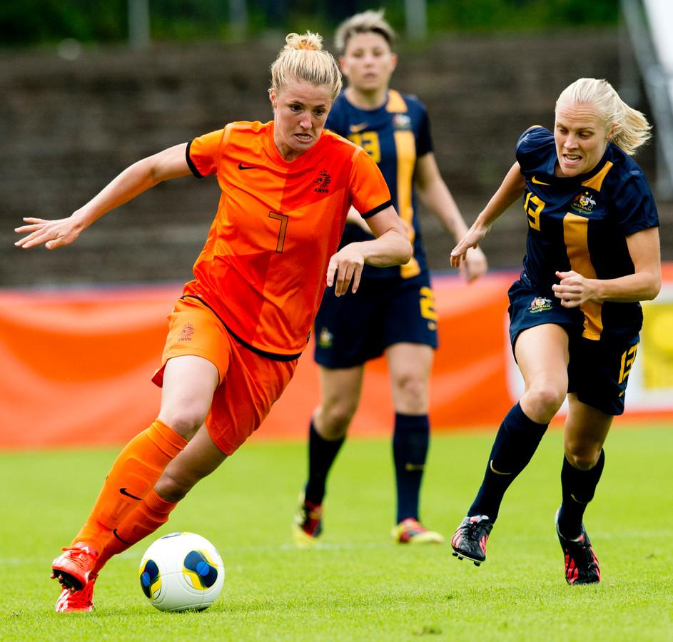 Kirsten van de Ven in duel met Tameka Butt van Australie tijdens de oefeninterland.