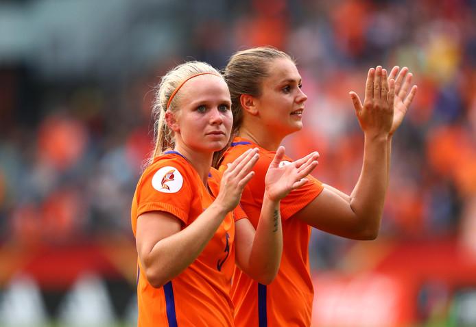 Kika van Es en Lieke  Martens bedanken het publiek.