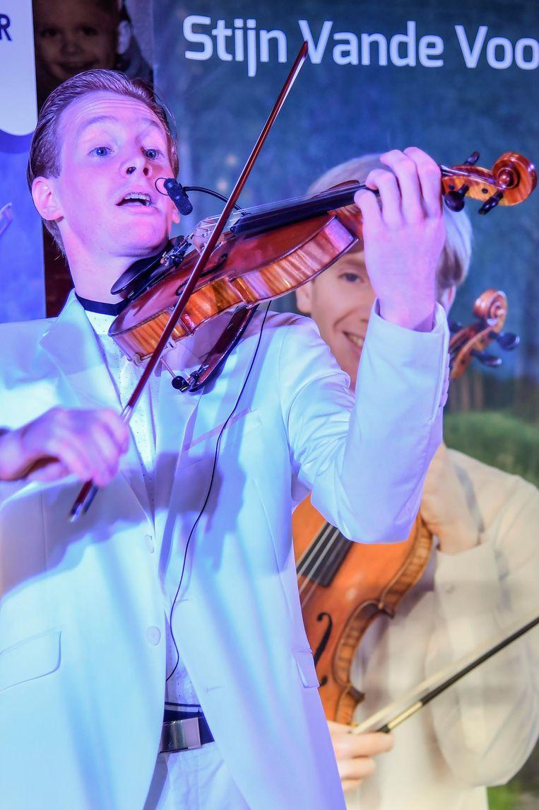 Violist Stijn tijdens een entertainende voorstelling.