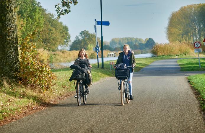 Scholieren fietsen op de parallelweg langs het kanaal bij Zijtaart richting de Taylorbrug. Rechts naast deze weg komt de nieuwe ontsluitingsweg te liggen. De dorpsraad pleit voor een fietsbrug over deze weg en het kanaal, zodat scholieren veilig naar Veghel kunnen.