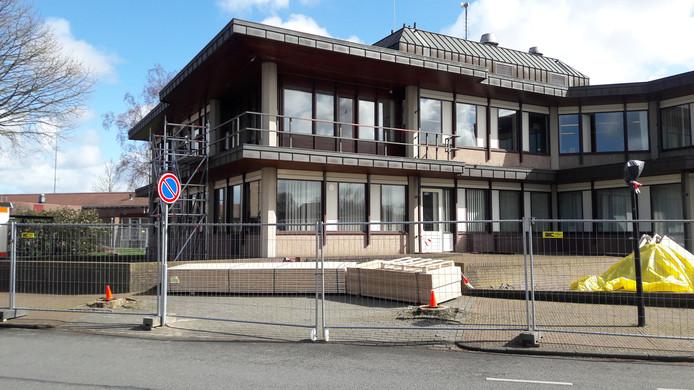 De verbouwing van het Oldebroekse gemeentehuis gaat langer duren.