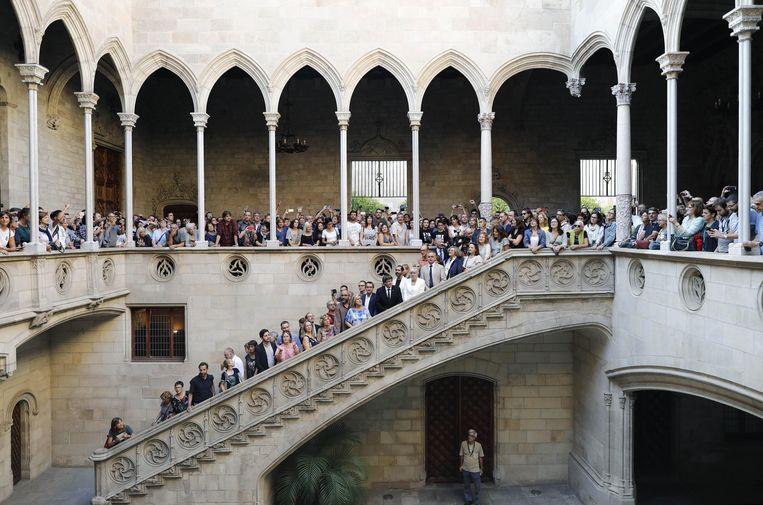 Voorstanders van het onafhankelijkheidsreferendum komen bijeen bij het Palau de la Musica Catalana, een concertgebouw in Barcelona. Beeld EPA