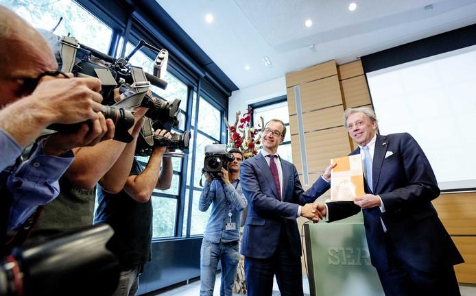 In juli bood onderhandelaar Ed Nijpels (rechts) de eerste hoofdlijnen van het Klimaatakkoord al aan Minister Wiebes aan. Maar over de details van de plannen worden de partijen het maar niet eens.