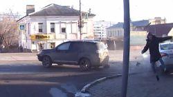 Dat was nipt: voetganger ontsnapt aan zware botsing