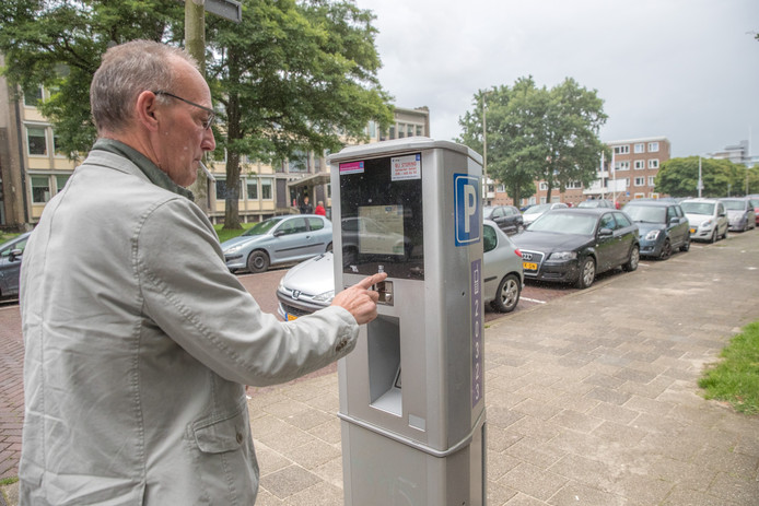 Het kentekenparkeren is ingevoerd in Zwolle. Deze automobilist uit Den Haag had daar geen moeite mee. In zijn woonplaats was dit systeem al eerder ingevoerd.