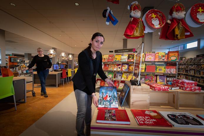 Nog maar een handvol Sinterklaasboeken ligt voor het grijpen in de bibliotheek van Emmeloord. De collectie is volgens medewerker Petra Meijer aanzienlijk kleiner dan vorig jaar na de brand afgelopen zomer.