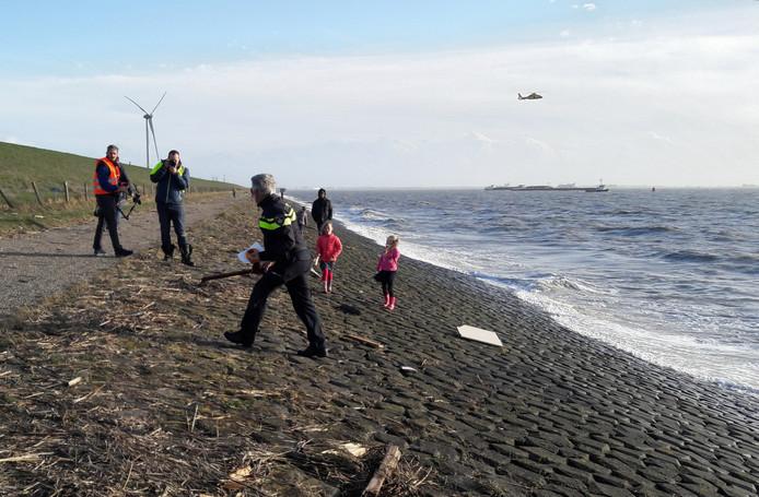 Aan de dijk bij Borsele spoelden vorige week spullen van het gezonken schip aan.
