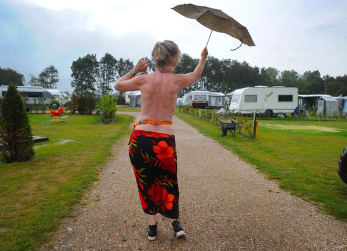 """Marian de Reu komt al 30 jaar bij naturistenvereniging Zeelandia: ,,De sfeer op dit soort campings is meestal gemoedelijker en er is begrip voor elkaar."""""""