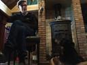 Kees van Berkel geniet met hond Nelleke en kat Rockin' Louis van zijn pensioen