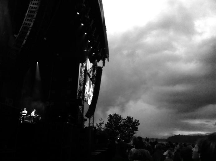Donkere wolken verzamelen zich boven het festivalterrein van Best Kept Secret.