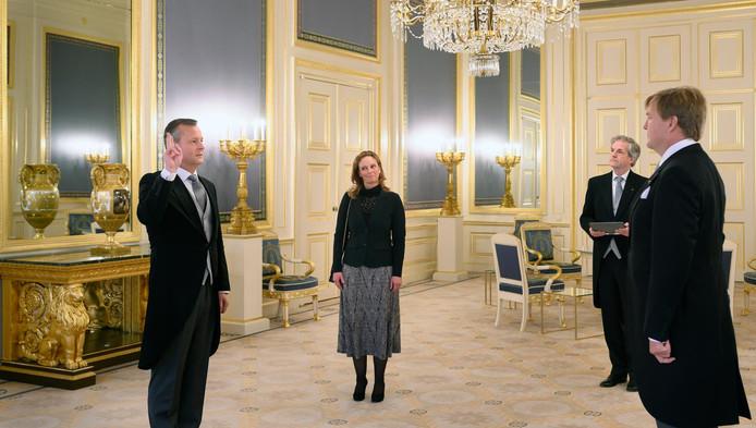 Koning Willem-Alexander tijdens de beëdiging van Arthur van Dijk als commissaris van de Koning