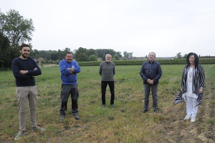Leden van het bestuur aan de weide in de Zandstraat in Hoeleden waar normaal de kermistent staat
