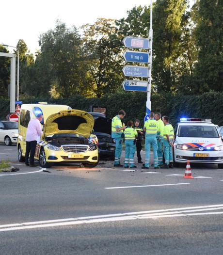 Ambulance met spoed botst op auto, niemand raakt gewond