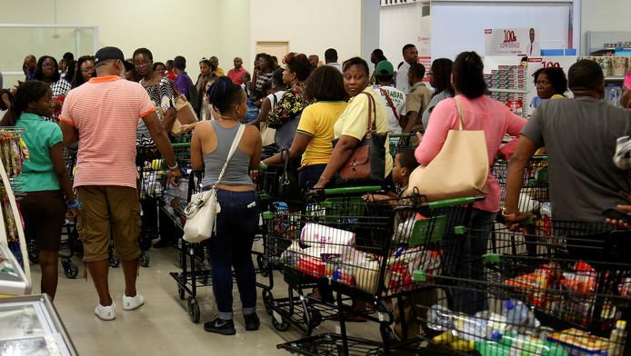 Inwoners van Jamaica staan in de rij in de supermarkt om extra eten in te slaan voor de orkaan aan land komt.