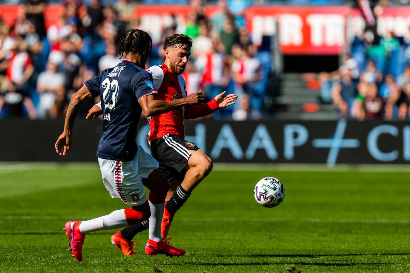Tyronne Ebuehi in duel met Feyenoorder Orkun Ko