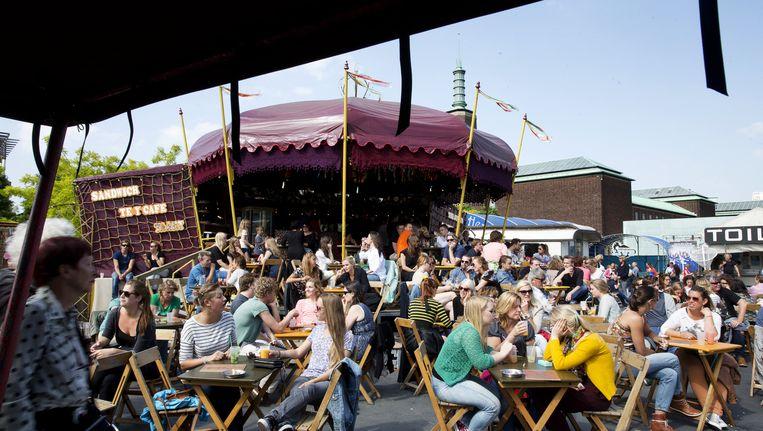 Bezoekers op het terras van het theaterfestival de Parade in het Rotterdamse Museumpark. Beeld ANP