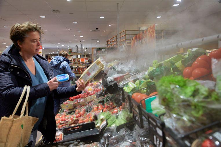 De groenteafdeling van de Albert Heijn in het Amersfoortse winkelcentrum Emiclaer met een verstuiver van vochtige lucht om de groenten fris te houden en zo minder plastic verpakkingen te hoeven gebruiken.  Beeld Hollandse Hoogte / Jaco Klamer