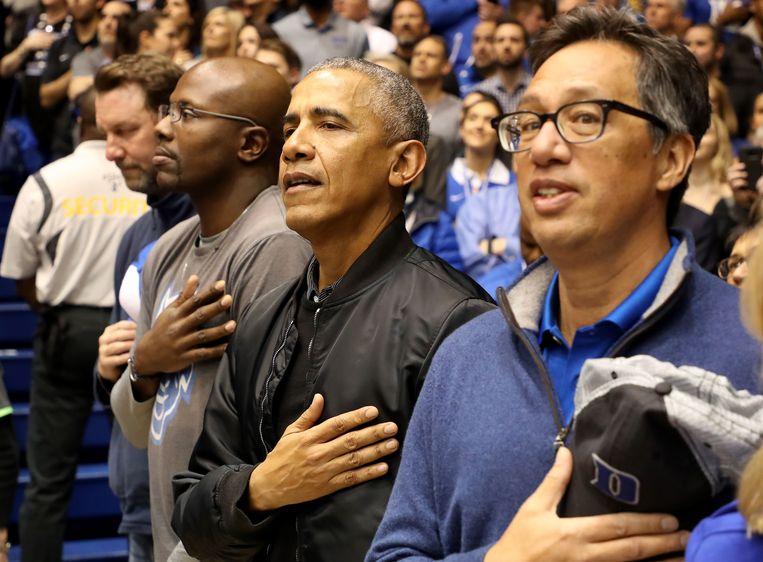 Gewezen Amerikaans president Barack Obama in de tribunes van het Cameron Indoor Stadium voor de partij tussen de North Carolina Tar Heels en Duke Blue Devils.