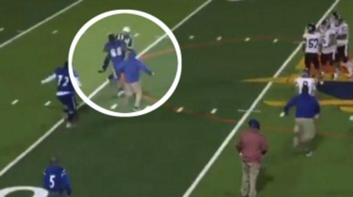 Un joueur de football américain s'en prend à l'arbitre après avoir été expulsé.