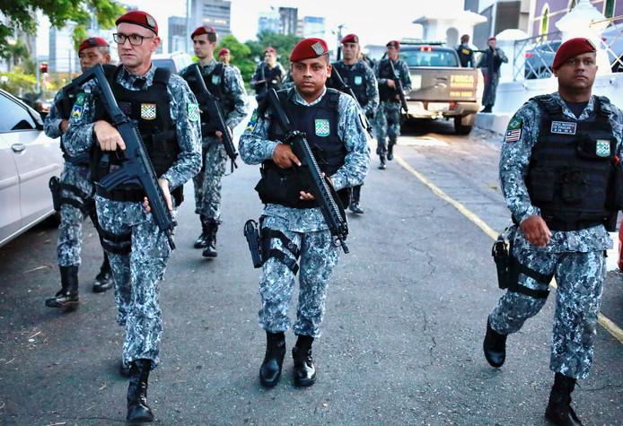 Zwaarbewapende leden van de Nationale Garde patrouilleren door de straten van Fortaleza in de Braziliaanse deelstaat Ceará.