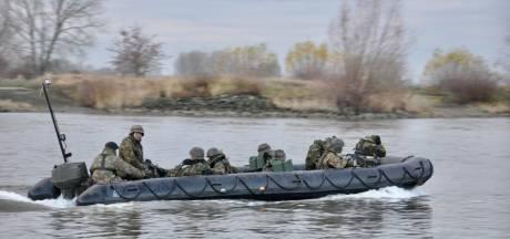 Militairen oefenen in rubberboten op IJssel bij Olst