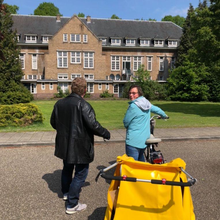 Azc-verslaggever Gert-Jan (die onherkenbaar in beeld wil) en hoofdredacteur Wendy bij het geplande azc. Beeld Margriet Oostveen