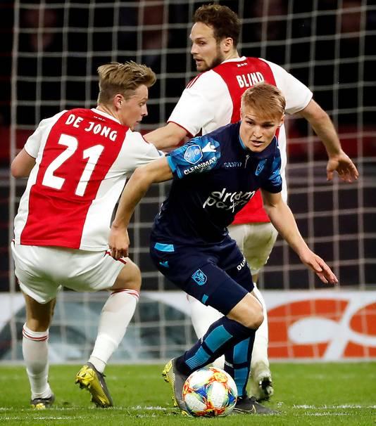 Martin Ødegaard in duel met Frenkie de Jong tijdens Ajax-Vitesse afgelopen dinsdag.