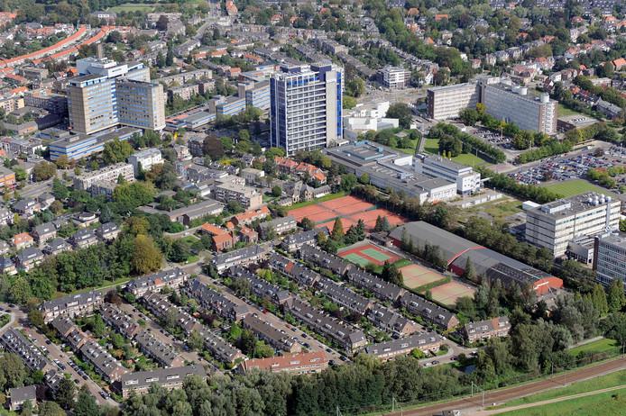 Luchtfoto van enige jaren geleden met in het midden het Akzo-terrein met het kenmerkende hoofdgebouw.