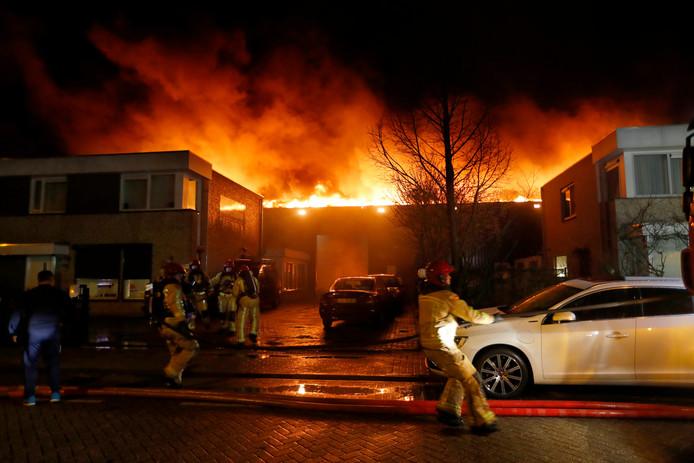 Grote brand bij Autobedrijf Van Nu! aan de Steenoven in Eindhoven afgelopen dinsdag.
