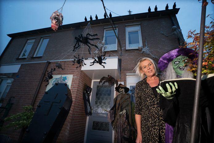 Ingrid Bakker bij haar 'horrorhuis' in Lobith.